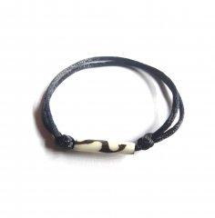 Náramek černá tlustá šňůrka s posuvnými uzly a kostěným dlouhým korálkem